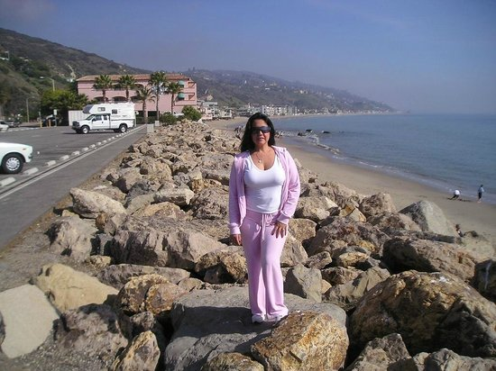 Malibu Beach Inn: by the beach outside the hotel