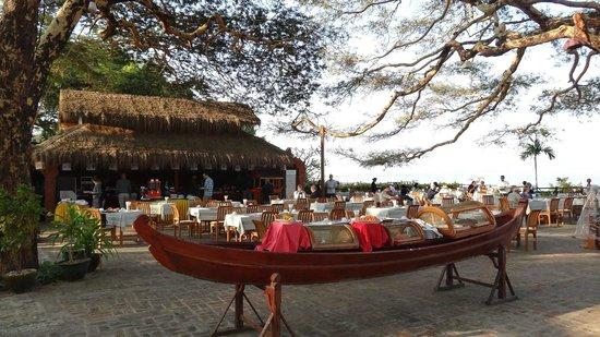 Thande Hotel Bagan: Restaurant plein air
