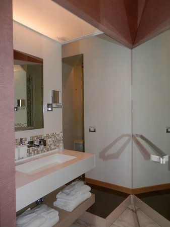 Hotel Dharma: Bathroom