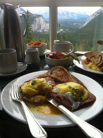 Rimrock Resort Hotel: Delicious Eggs Benedict Room Service
