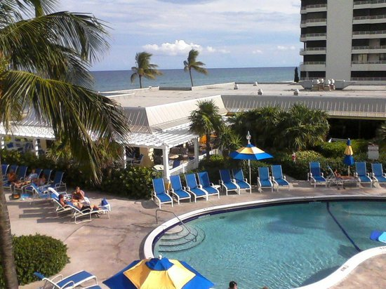 Delray Sands Resort on Highland Beach: Pool view from our room on the 3rd floor