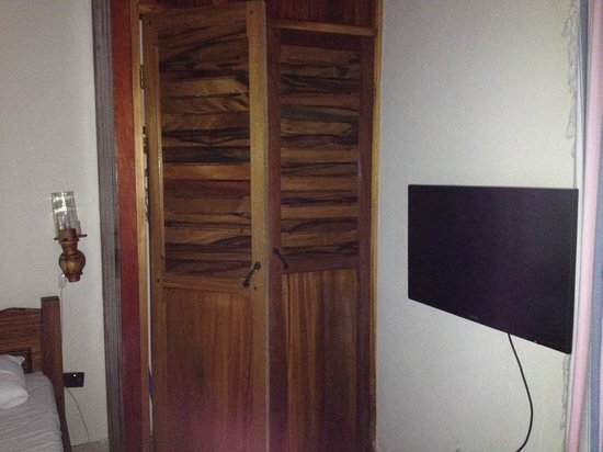 Hotel Costa Verde : tv and closet in our room