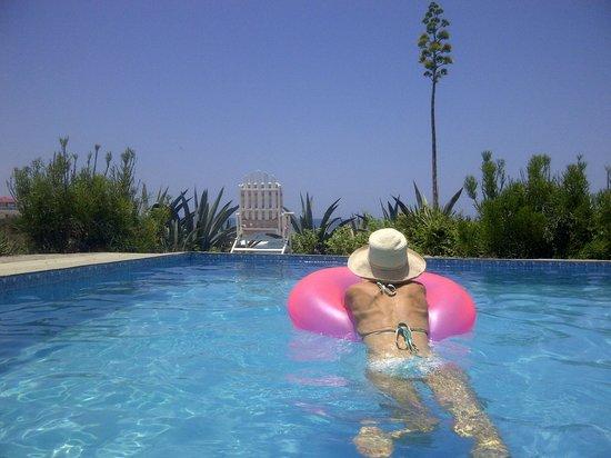 The Ocean Hideaway : relaxing in the pool