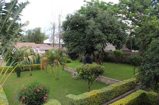 Tumaini Cottage: The garden area as seen from our room.