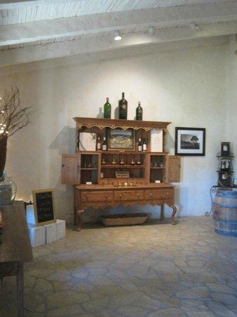 Sunstone Vineyards & Winery: テイスティングルーム内