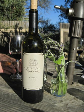 Sunstone Vineyards & Winery: こちらのワイン。庭で。