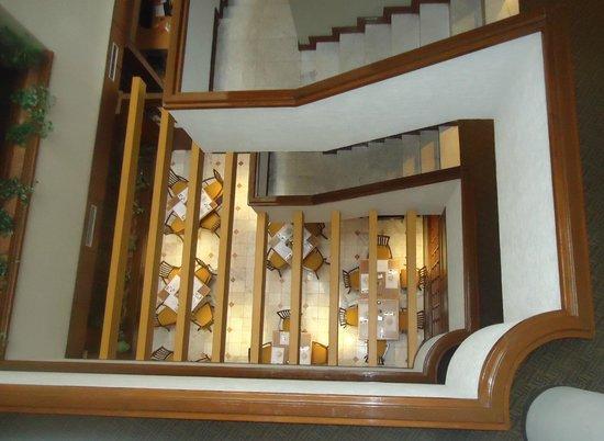 Best Western Santorin : Escaleras y abajo el restaurante.