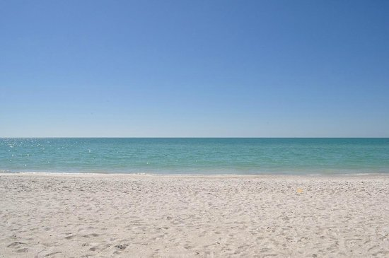 Sandcastle Resort at Lido Beach: Ocean view from sand