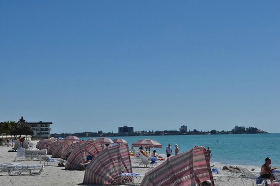 Sandcastle Resort at Lido Beach: Beach chairs with cover rentals
