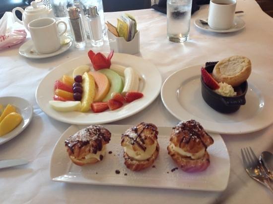 Renaissance New Orleans Arts Warehouse District Hotel : lunch was ok, dessert was good