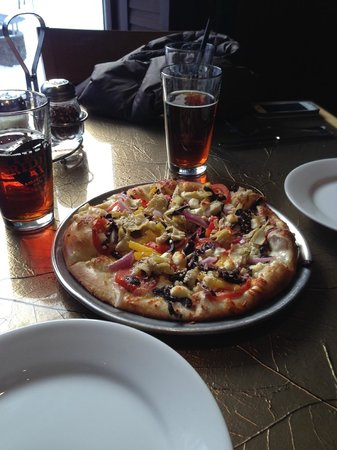 Hotel Alyeska: The Bar and Grill in the hotel- Greek pizza and Alaskan amber was great!