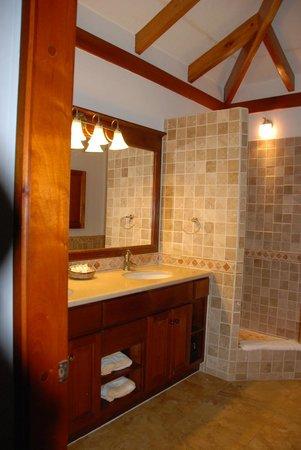 Hopkins Bay Resort: Loved our bathroom ...
