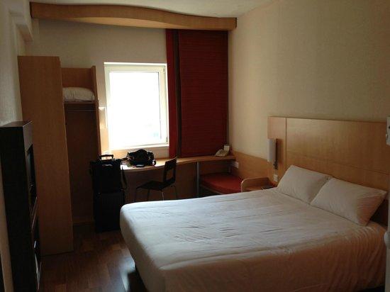 Hotel Ibis (Dalian Sanba Square): ベッド、デスク