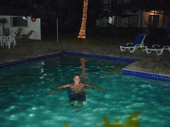 O Costão do Sol: piscina de noche