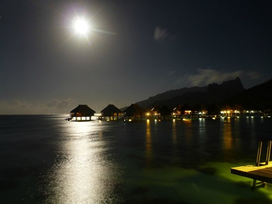 Papetoai, Fransız Polinezyası: View from end of the Over-The-Water Bungalows