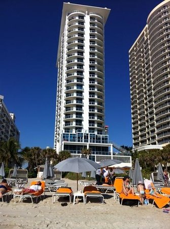 Sole on the Ocean: Blick vom Strand auf das Hotel
