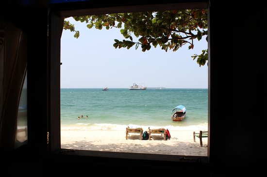 Tembo House  Hotel & Apartments: View of the beach from our room.