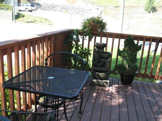 Yong's Teriyaki Take-Out : Yong's outdoor deck