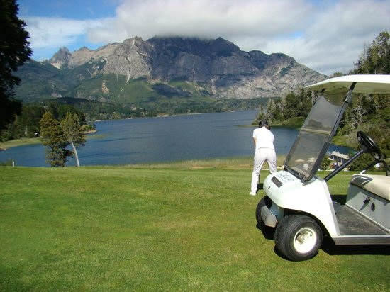 Llao Llao Hotel and Resort, Golf-Spa: Fairway del hoyo 4.- Lago Moreno al fondo