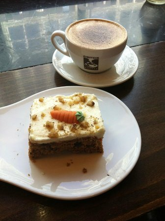 Einstein Kaffee: Lovely carrot cake & cappuccino