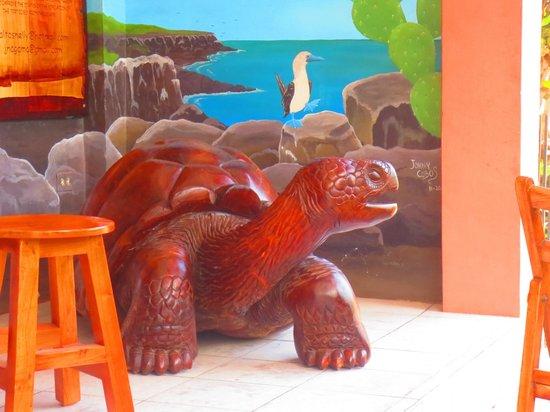 Casa de Nelly: tortuga de madera en la recepción