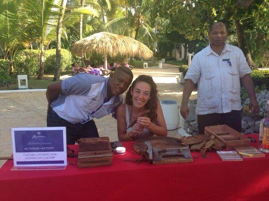 Paradisus Punta Cana Resort : Clase de Cultura Dominicana, armando habanos... El arte de hacer un puro...