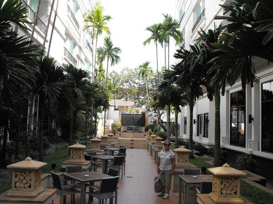Tara Angkor Hotel: Hotel court yard and dining area