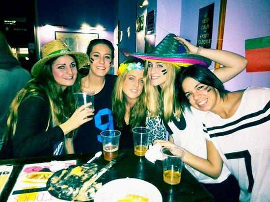Cat's Hostel: Esta foto es en el bar, en la fiesta de disfraces. Mis amigas con la camarera del bar.