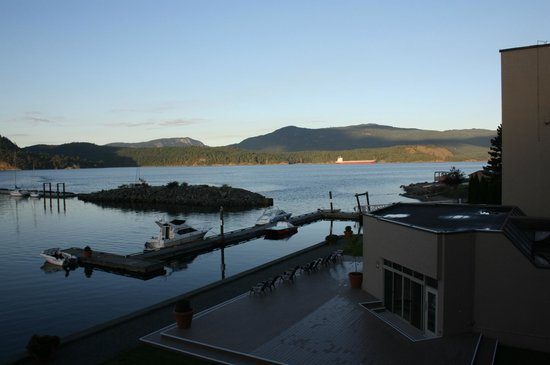 Oceanfront Suites at Cowichan Bay: Amazing view (right hand side of the bay)