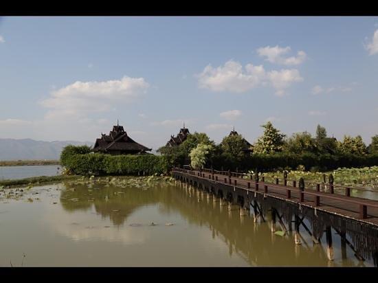 Inle Resort & Spa: bridge to the villas