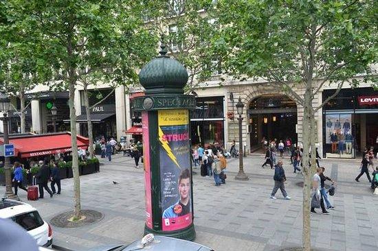 Champs-Élysées : Shoppers and tourists on the boulevard.