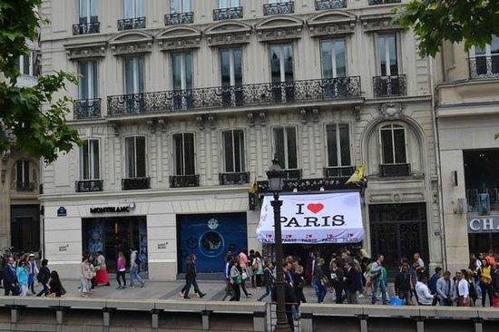 Champs-Élysées : Busy footpath