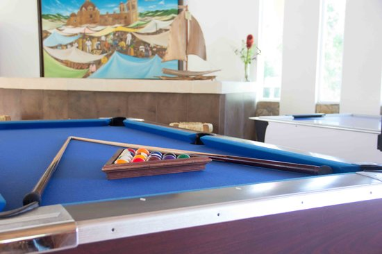 BEST WESTERN Posada Chahue: the lobby stopped being boring. pool table, air hockey, you get a cold drink and the kids can go