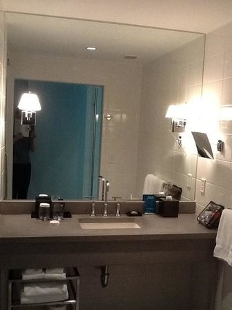 Kimpton Lorien Hotel & Spa: loved the simple, stylish bathroom.