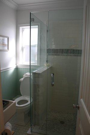 Beachside Village Resort: Remodeled bathroom