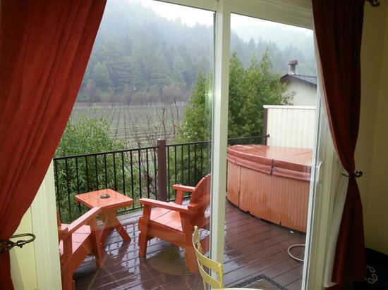 West Sonoma Inn & Spa: Private Hot tub in the rain