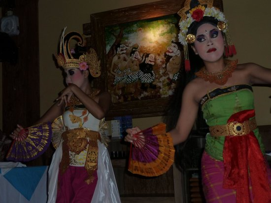 Paon International Restaurant: Bali dancers