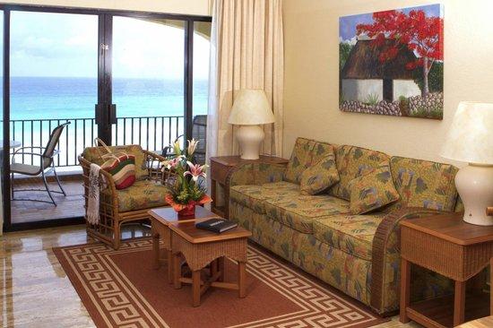 Emporio Hotel & Suites Cancún: comoda sala con comedor completo y 2 camas murphy