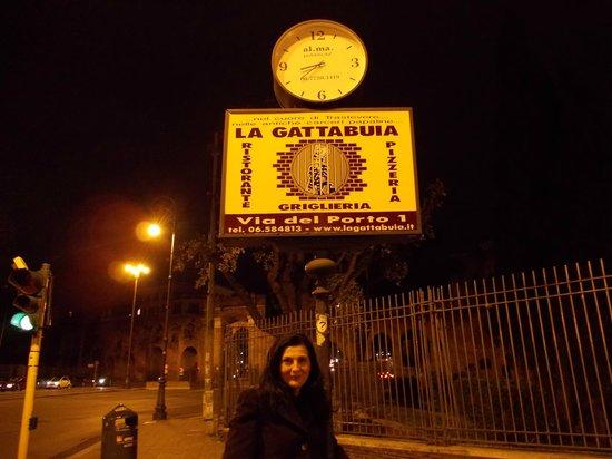 La Gattabuia: una insegna del locale per strada