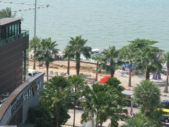 Central Festival Pattaya Beach: The view across Beach Road from the 3rd Floor
