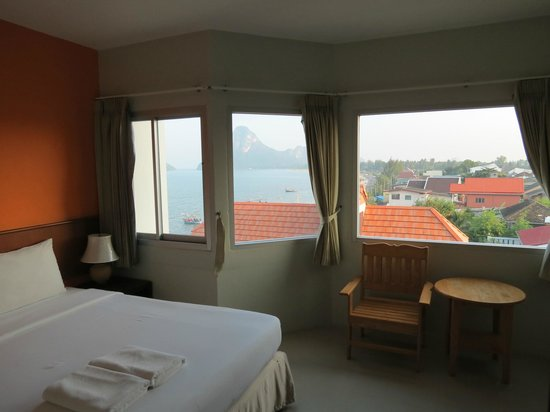 Prachuap Beach Hotel: Large windows offer a nice view over the bay