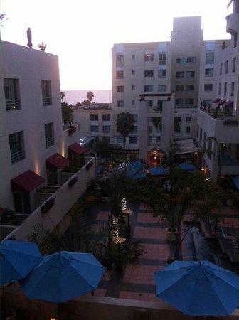 JW Marriott Santa Monica Le Merigot : View from room down to courtyard area in early evening. Not too noisy either.