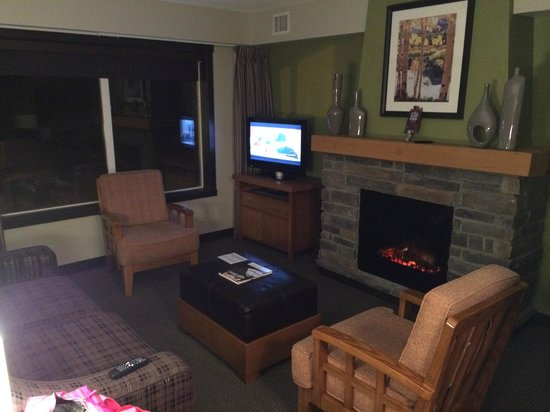 Copperstone Resort: Living area c/w fireplace