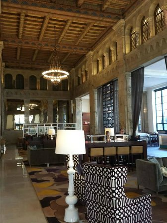 Courtyard San Diego Downtown : Gorgeous lobby, formerly a 1927 bank building!
