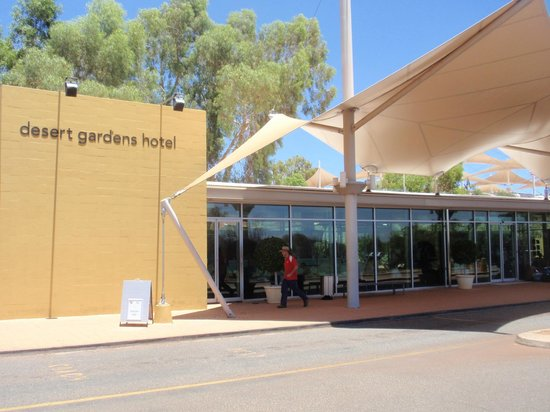 Desert Gardens Hotel, Ayers Rock Resort: Front view of hotel