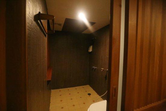 Dang Derm Hotel - Bangkok Thailand - The Travel Glow - bathroom