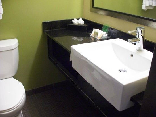 Holiday Inn North Phoenix : bathroom sink and counter