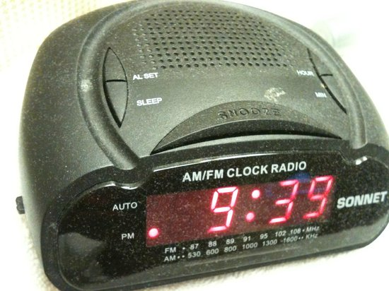 The Manhattan at Times Square Hotel: Rádio relógio sujo de pó