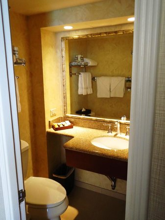 Outrigger Waikiki Beach Resort: Bathroom with tropical decor and amenities