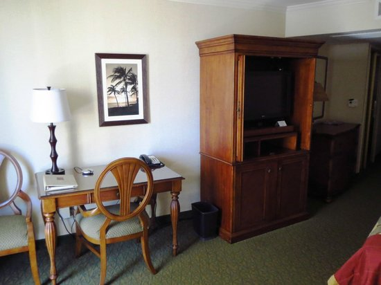 Outrigger Waikiki Beach Resort: Work desk and TV cabinet